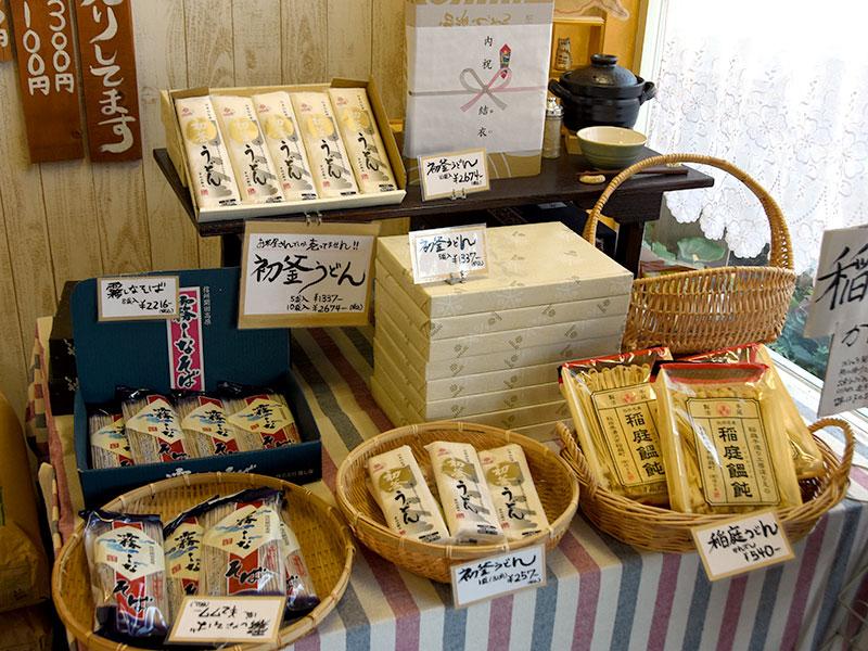 店内商品。お米だけでなく、おうどん等もございます。